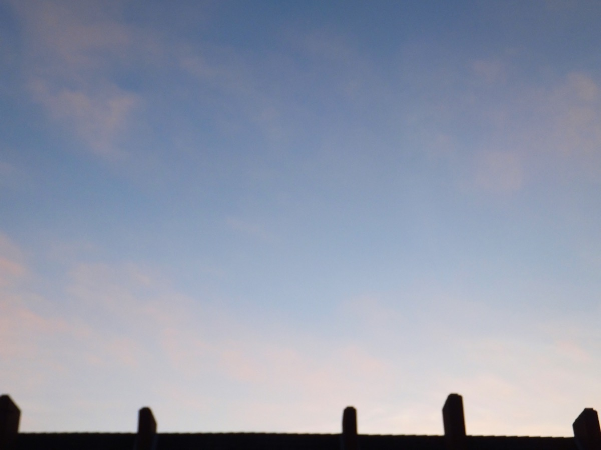 sehr blasse Zupf-Wolken vor blauem Himmel am 1. Januar 2020