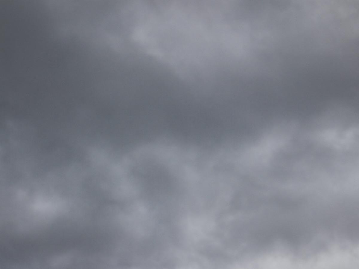 Himmel mit einer dunklen Wolkendecke