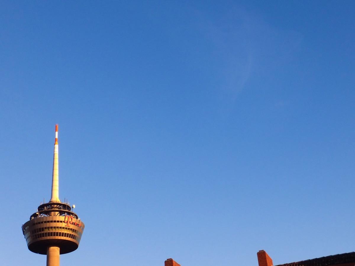 Ein ganz dünne, blasse Wolke am fast blauen Himmel, links der Kölner Fernsehturm