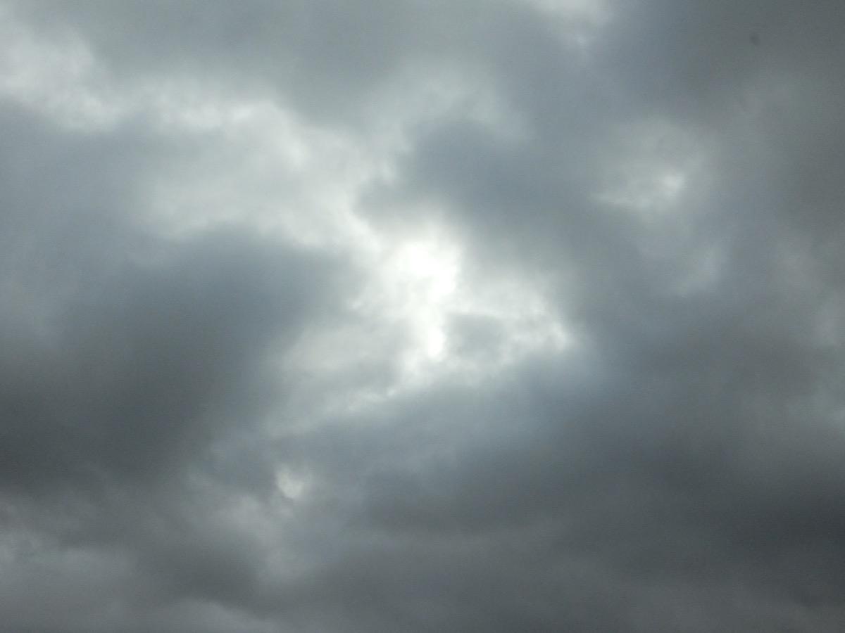 dunkle Wolken, die Sonne kommt etwas durch