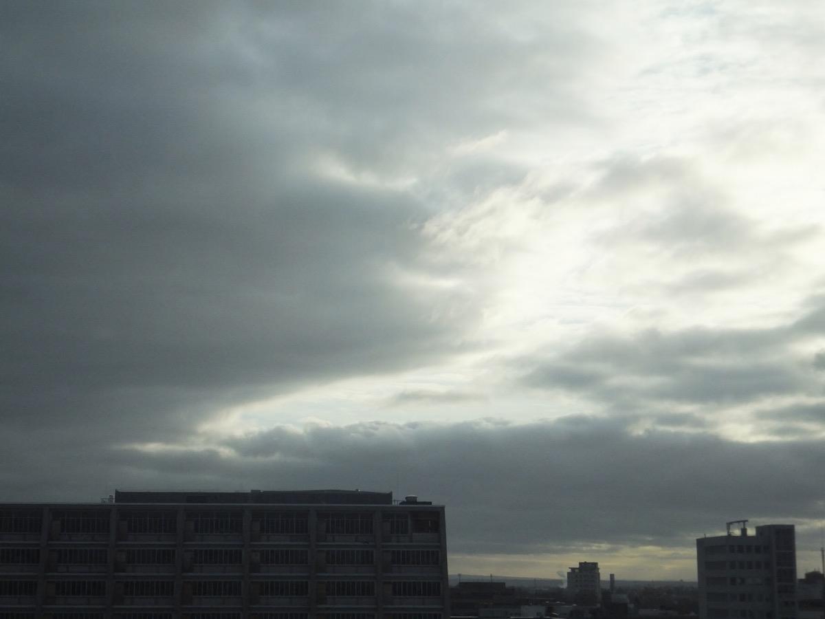 dunkle Wolkenmassen über der Kölner Oper, die Sonne kommt etwas durch