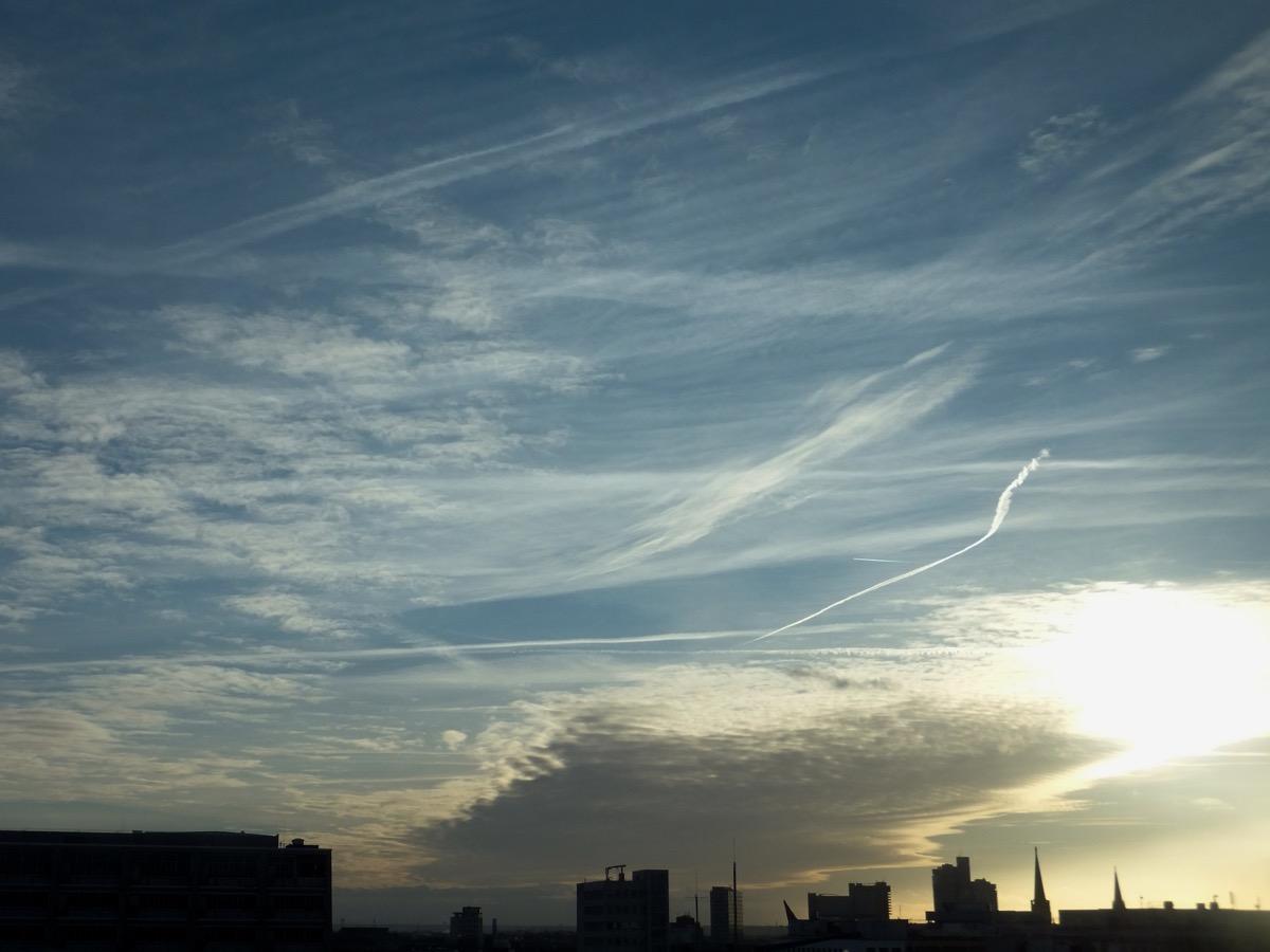 Wolkendecke über der Kölner Oper zieht ab, blauer Himmel mit ausgeprägten Federwolken, Abendsonne