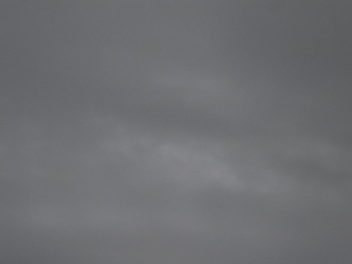 Dunkelgrauer Himmel mit wenigen helle Flecken