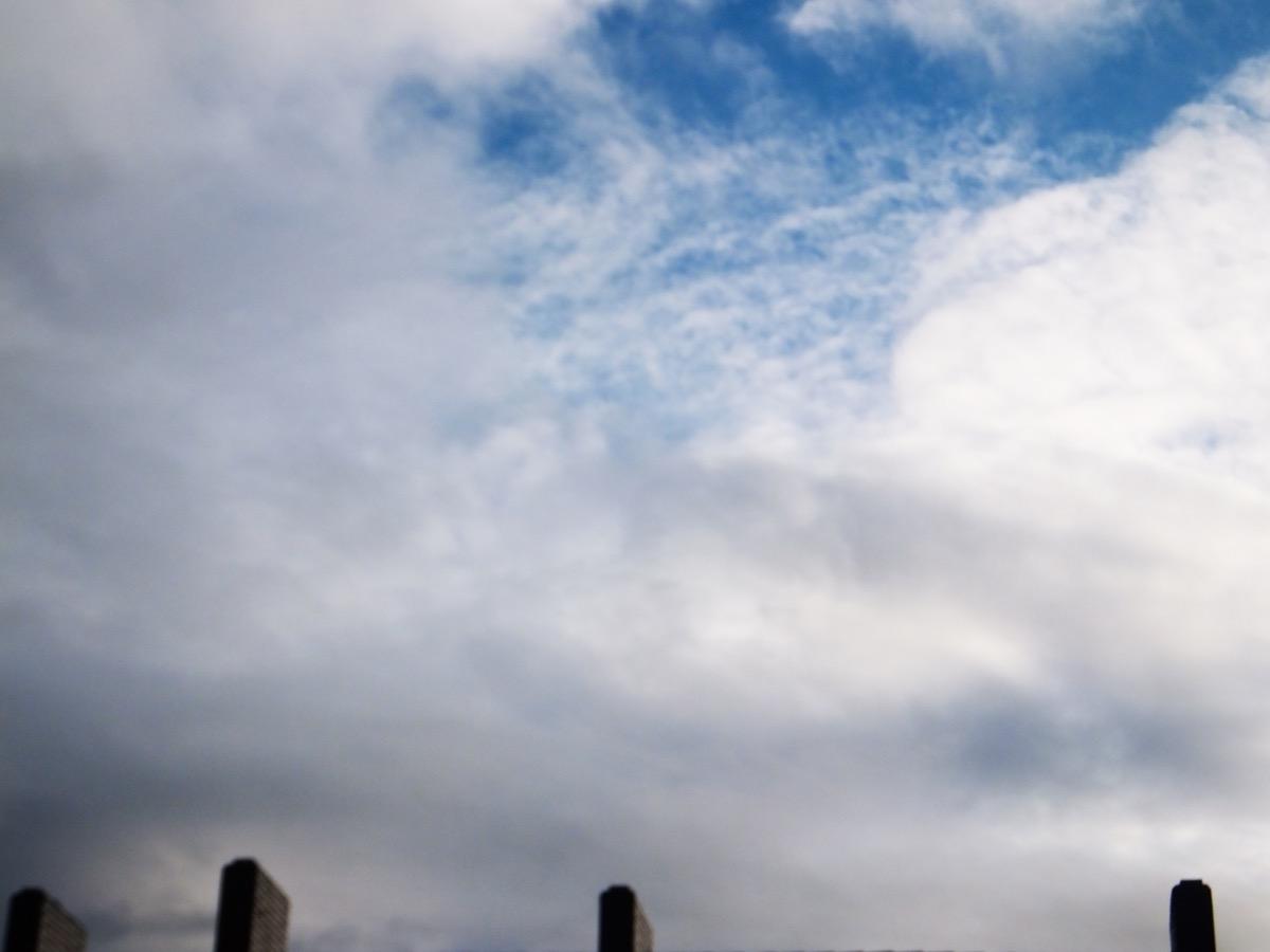 Blaugraue und weiße Wolken und ein wenig blauer Himmel