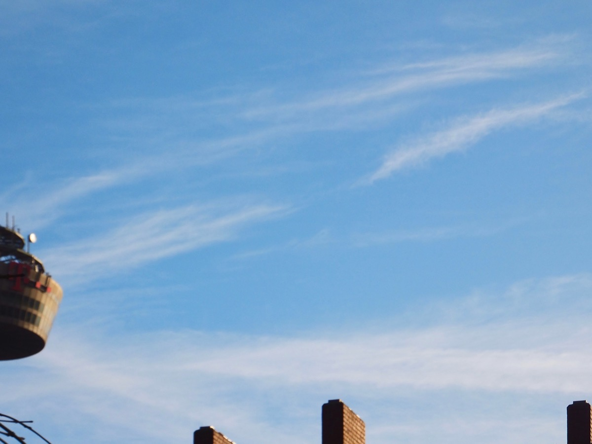 Cirruswolken vor blauem Himmel
