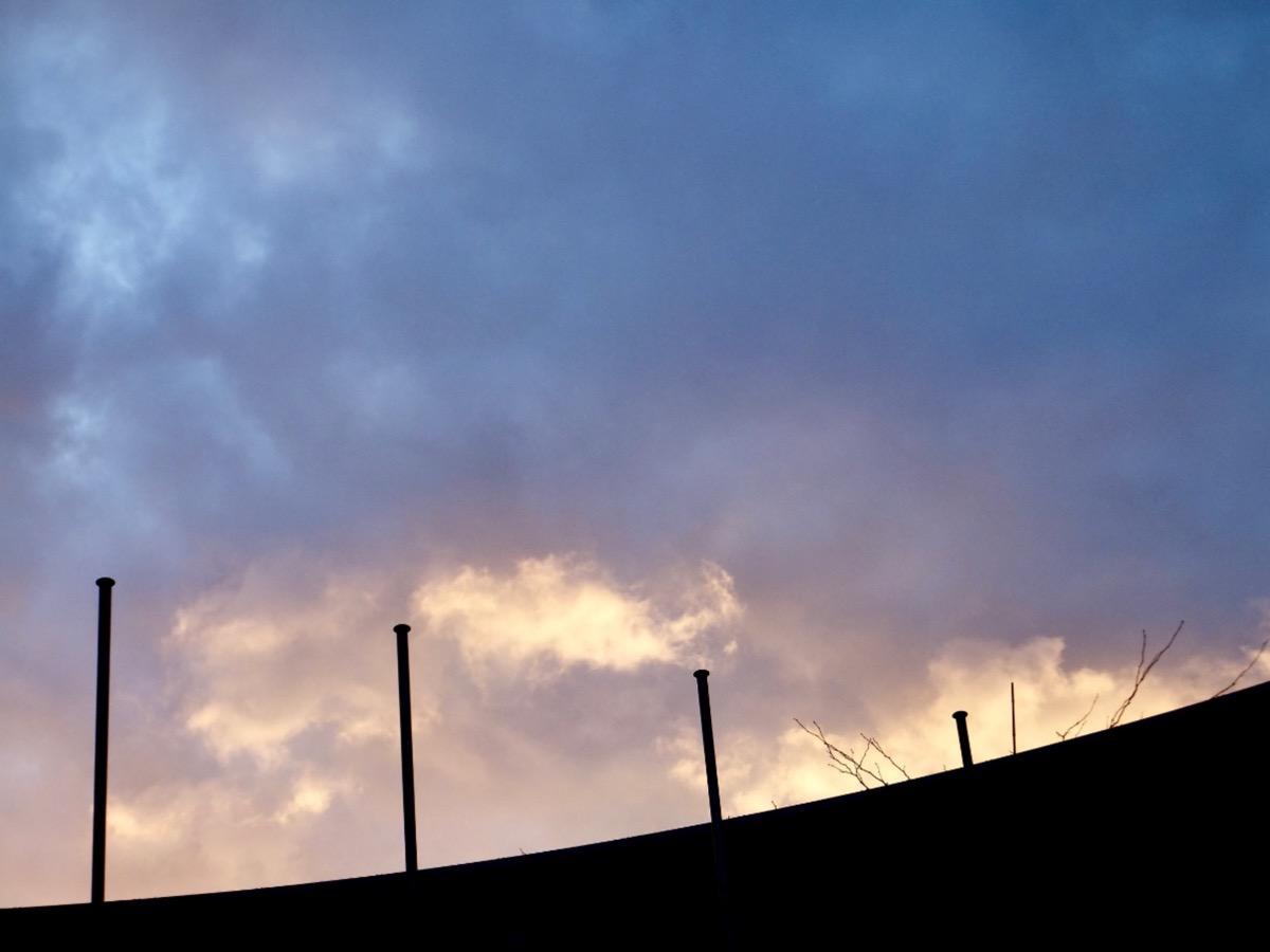 Dunkle Wolken und durchbrechendes Abendlicht