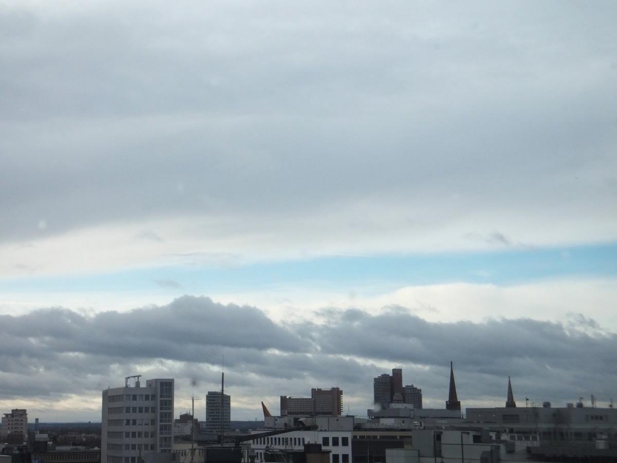Wolken über Köln, ein blauer Jimmelsstreifen in der Mitte