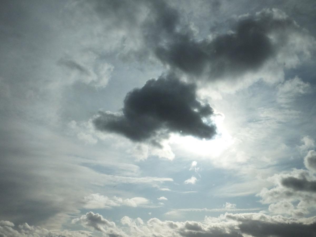 Eine dunkle Wolke vor der Sonne