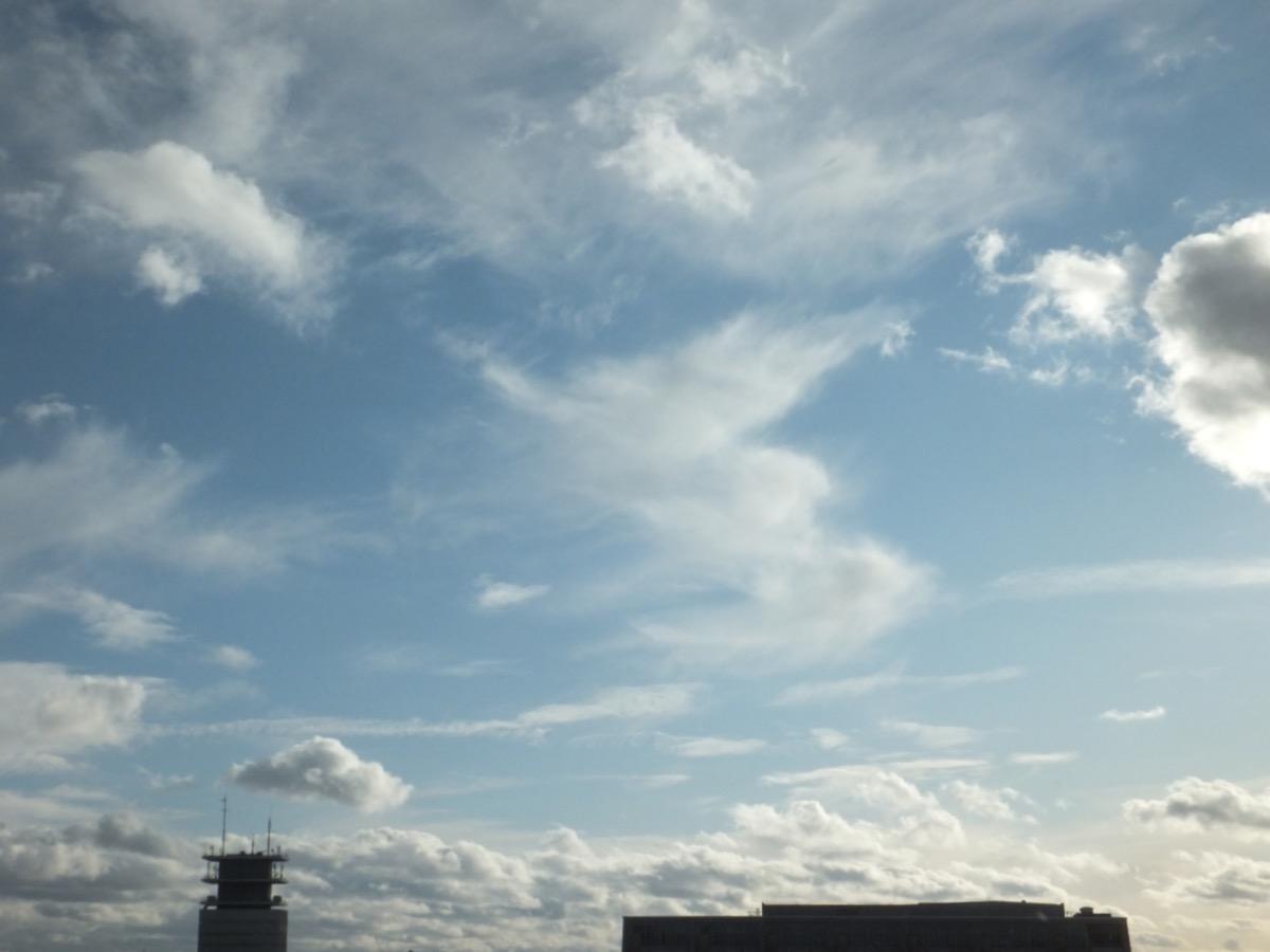 Feder- und Haufenwolken am hellblauen Himmel
