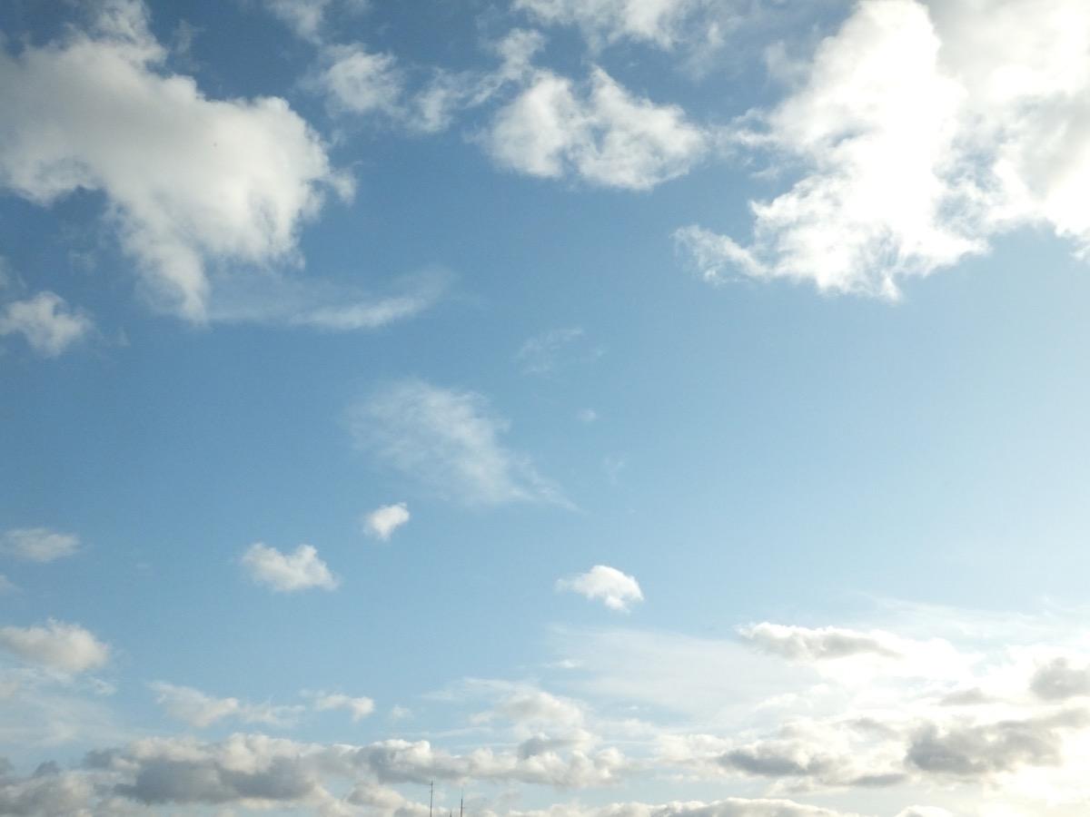 Blauer Himmel mit ein paar Schleierwolken