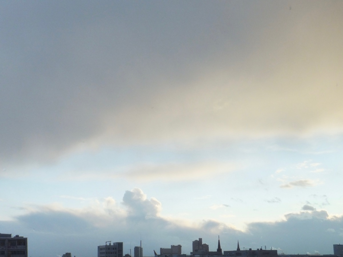 Wolkendecken, dazwischen blauer Himmel