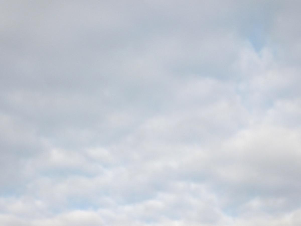 weiße Wolken, einige hellblaue Wolkenflecken scheinen durch