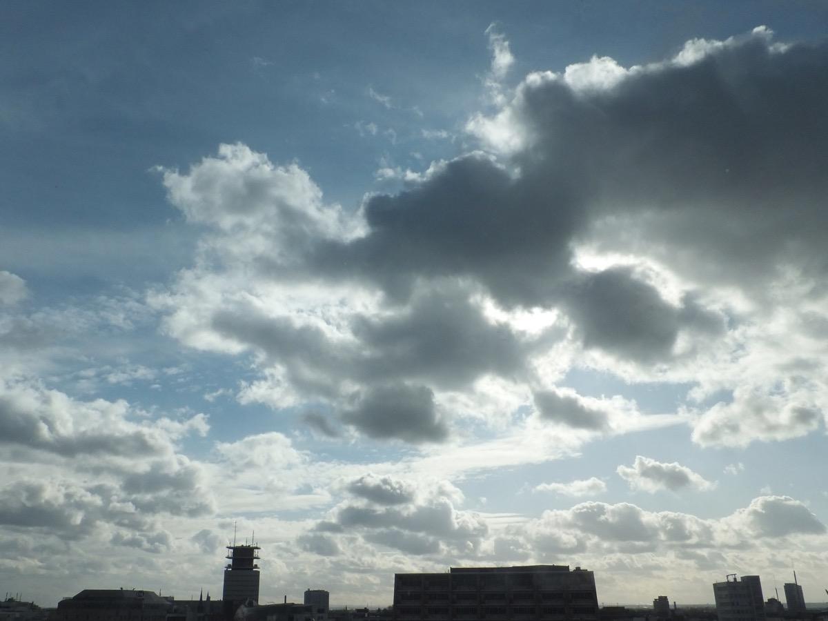 Helle strahlende Wolken vor hellblauem Himmel