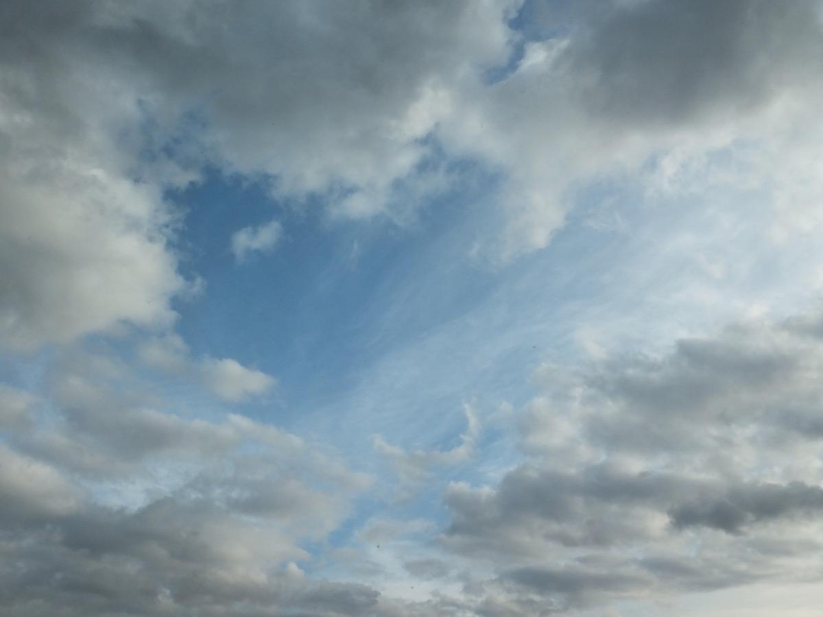 Schleier- und Nimbus-Wolken am hellblauen Himmel