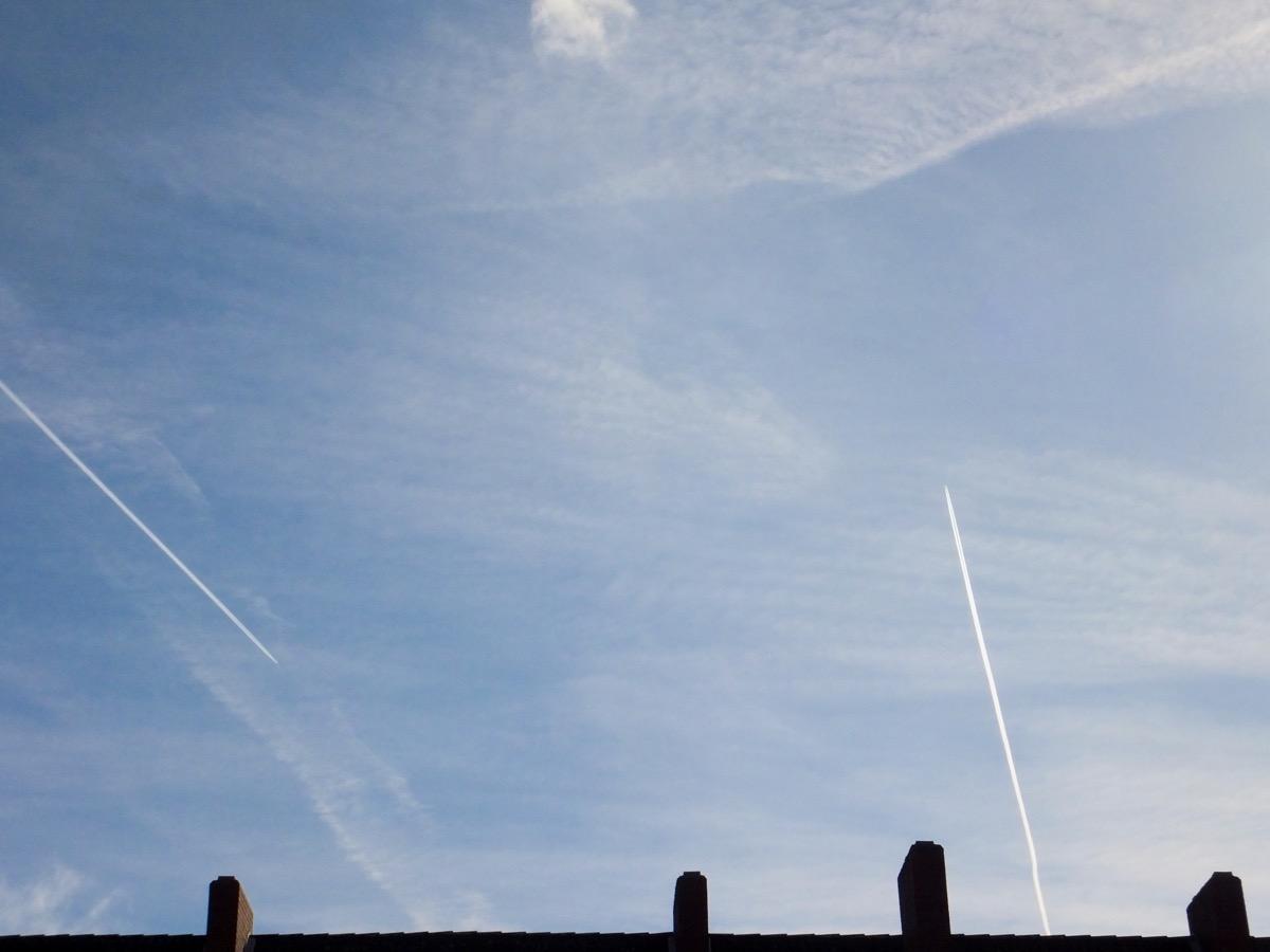 Feder-Wolken und zwei Kondensstreifen