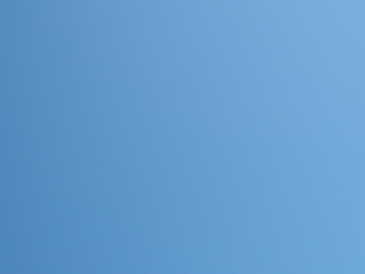 Wolkenloser hellblauer Himmel