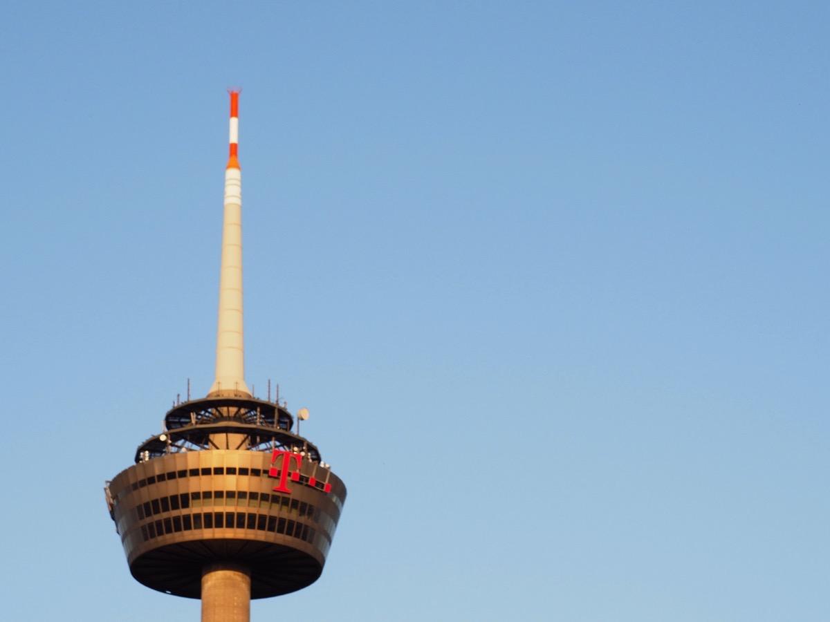 Der Kölner Fernsehturm vor hellblauem, wolkenlosem Himmel